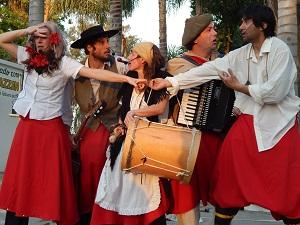 Siguen las funciones en la plaza/ Teatro y circo &#34En la Villa...&#34