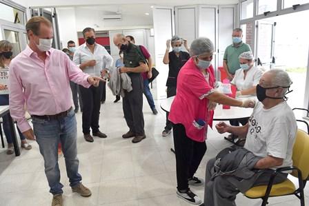 Simultáneamente se lleva a cabo la vacunación a mayores de 70 años en Paraná y Concordia